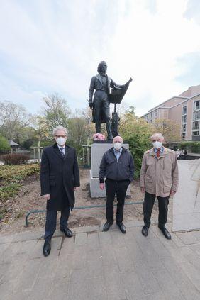 (V. l.) Kulturdezernent Hans-Georg Lohe gemeinsam mit Manfred Hill und Dr. Edgar Jannott, stellvertretend für den Verein zur Wiedererrichtung des Mendelssohn-Denkmals; Foto: Michael Gstettenbauer
