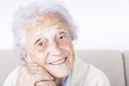 Im Sessel sitzende Seniorin, ©Fred Froese, iStock
