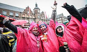 Verkleidete Frauen vor dem Rathaus an Altweiberfastnacht