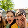 happy teenage students or friends having fun (Gruppe junger Leute machen Spaß) © Syda Productions - Fotolia/AdobeStock