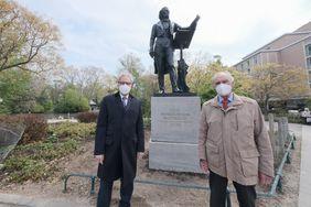 (V. l.) Kulturdezernent Hans-Georg Lohe gemeinsam mit Dr. Edgar Jannott, Mitglied des Vereins zur Wiedererrichtung des Mendelssohn-Denkmals, vor der Bronzeskulptur; Foto: Michael Gstettenbauer