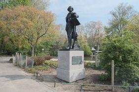 Das Mendelssohn-Bartholdy-Denkmal kehrt nach seiner Restaurierung und Arbeiten an dem Fundament nun wieder an die Heinrich-Heine-Allee neben der Deutschen Oper am Rhein zurück; Foto: Michael Gstettenbauer